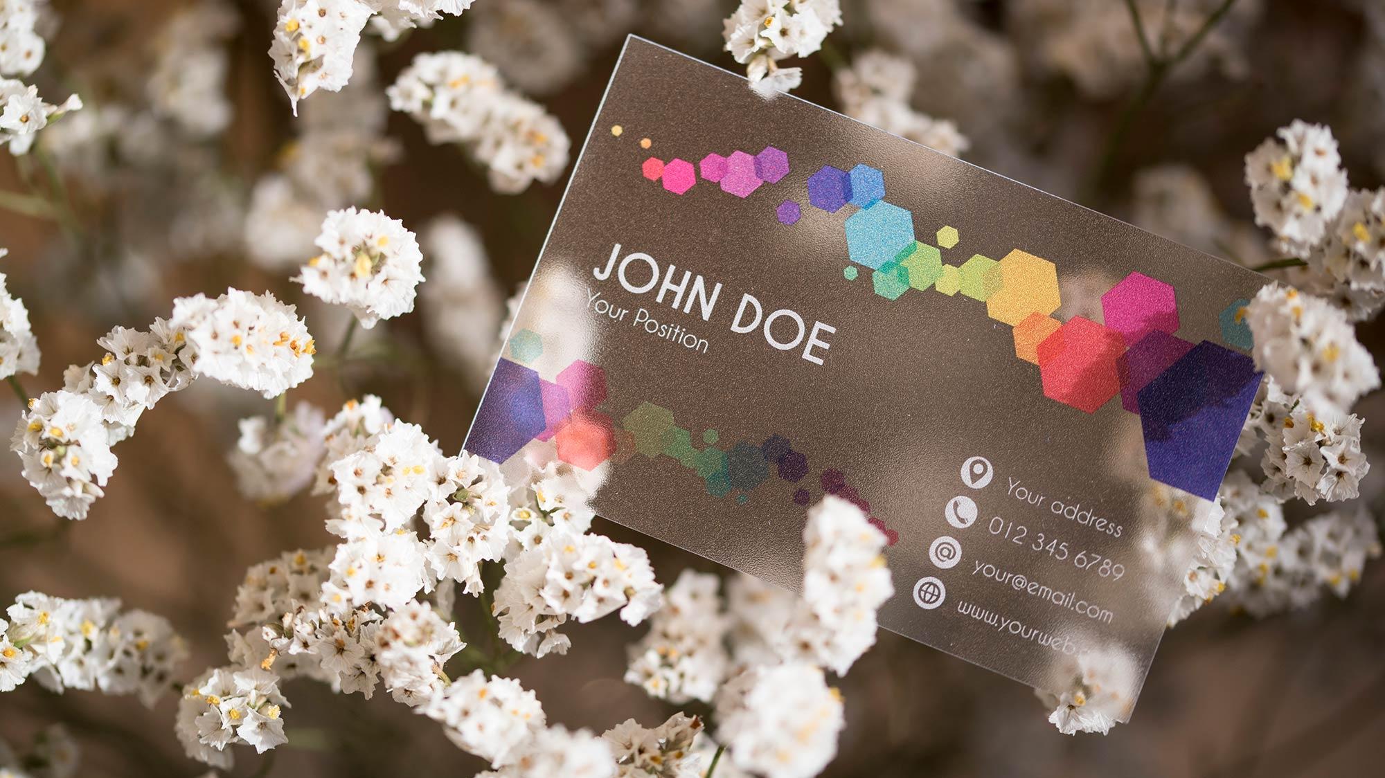 Biglietti da visita trasparenti su PVC satinato da 300 micron, li trovi da CREA TO PRINT con colori arcobaleno e scritte bianche.