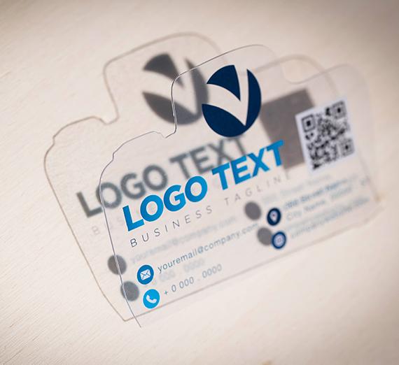 Biglietti da visita trasparenti con fustella personalizzata, scritte in nero e blu su sfondo trasparente stampati su PVC lucido da 400 micron, li trovi da CREA TO PRINT.