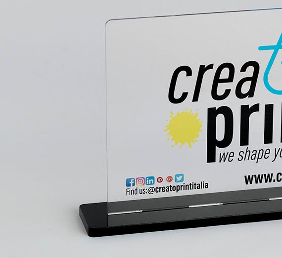 Targa in plexiglass, formato 27x13 cm con base da appoggio in plexiglass nero, puoi trovarla da CREA TO PRINT.